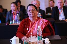 """2015年4月20日至22日,第三届世界新兴产业大会在河南郑州隆重举行,主题为""""新兴产业——世界经济增长新动力"""",由亚太总裁协会和河南省人民政府共同主办。图为尼泊尔能源部部长搭拉达-库玛丽-吉亚瓦利在第三届(2015)世界新兴产业大会专项国际合作圆桌会议发言。"""