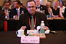 """2015年4月20日至22日,第三届世界新兴产业大会在河南郑州隆重举行,主题为""""新兴产业——世界经济增长新动力"""",由亚太总裁协会和河南省人民政府共同主办。图为第三届(2015)世界新兴产业大会签约仪式。"""