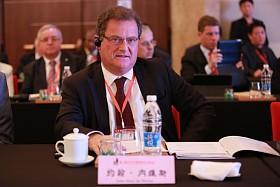 """2015年4月20日至22日,第三届世界新兴产业大会在河南郑州隆重举行,主题为""""新兴产业——世界经济增长新动力"""",由亚太总裁协会和河南省人民政府共同主办。图为葡萄牙菲盖拉达福什卡马拉市市长约翰-内维斯在第三届(2015)世界新兴产业大会专项国际合作圆桌会议发言。"""