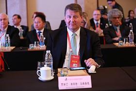 """2015年4月20日至22日,第三届世界新兴产业大会在河南郑州隆重举行,主题为""""新兴产业——世界经济增长新动力"""",由亚太总裁协会和河南省人民政府共同主办。图为美国智力合伙人公司总裁贾斯汀-斯科特-马格鲁德在第三届(2015)世界新兴产业大会专项国际合作圆桌会议发言。"""