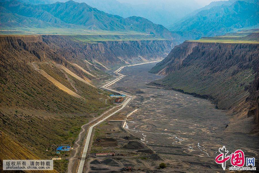 独山子大峡谷位于新疆克拉玛依市独山子区境内,河水冲出天山后,切割