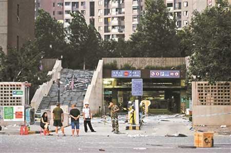 爆炸现场附近小区受损严重 摄影/本报记者 郁骁