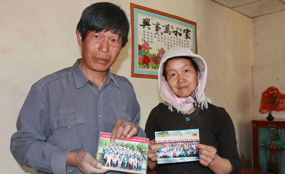 """甘肃古浪县中考状元与父母的第一次""""合影""""[图]"""