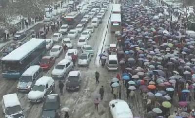 河南暴雪:交通堵塞 千人滞留公交站