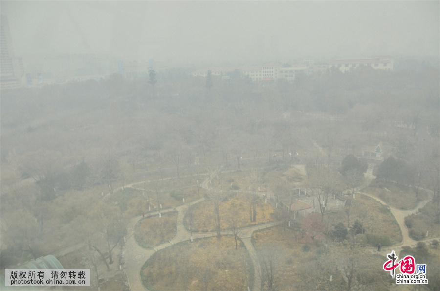 图为泉城济南被雾霾笼罩,城市建筑若隐若现。中国网图片库 宋佳鸣/摄 2015年12月23日,山东省气象台将霾橙色预警信号升级为霾红色预警信号。这是山东省历史上首次发布霾红色预警。德州、聊城、济南等多地出现严重雾霾天气,污染指数爆表,青岛、烟台、威海等沿海城市也无一幸免,17地市全部被霾伏。 本网部分展示图片作品享有版权,详见产品付费下载。 购买请拨打 010-88828049 中国网图片库咨询详情