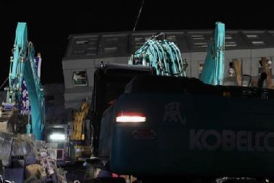 台南倒塌大楼 救援人员除夕夜彻夜搜救