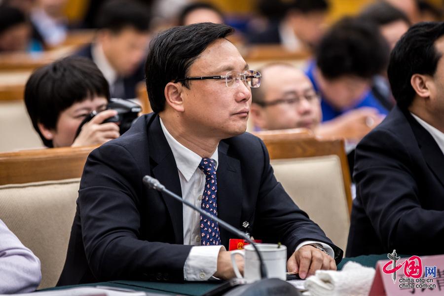 3月5日,贵州省代表团全体会,全国人大代表、贵安新区管委会主任马长青在认真听取报告。中国网记者 郑亮 摄