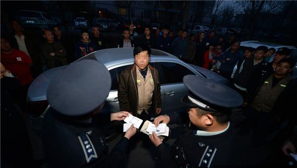 北京街头黑管理员私设停车场向过夜车收费被取缔