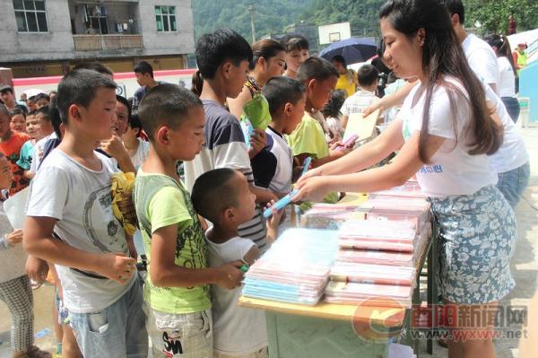 重庆:多地志愿者到酉阳县开展扶贫活动 _ 中国