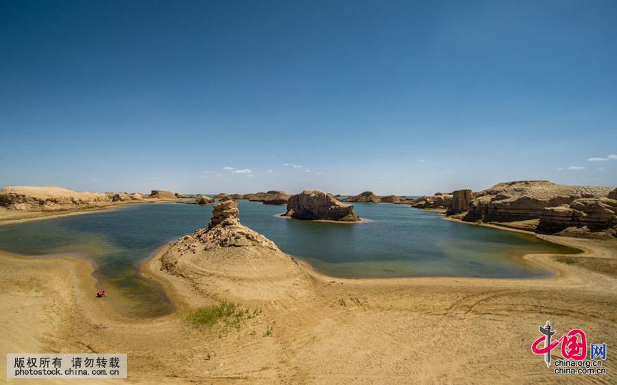 柴达木盆地吉乃尔湖就在青海315省道公路旁,离公路800米左右,沙子路面