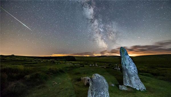 近日,一组拍摄于英国德文郡多地的英仙座流星雨划过夜空的照片走红网络,引网友关注。图中显示,德文郡的拉德拉姆海湾沉浸在静谧的夜空中,星空奇幻、繁星点点,景观十分壮观迷人。