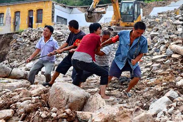 磁县陶泉乡五里河村干部群众正在抢修村里小学