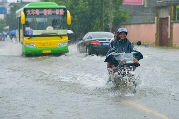 热带低压携暴雨袭海南