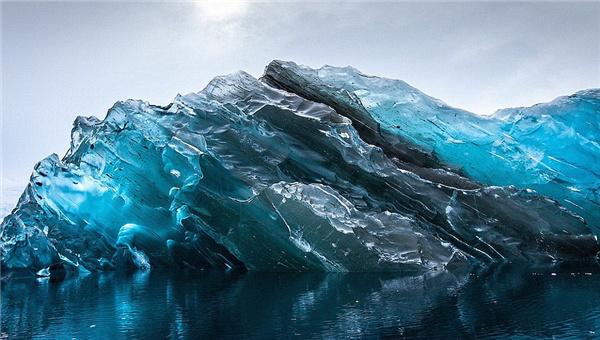 """每日邮报网站旅游栏目8月17日汇编了在南极洲、格林兰岛以及冰岛发现的古老冰山美景,它们不仅美得令人窒息,也会让你的旅游目的地清单上又多了一个选择。""""  吉尔莫尔还称:""""冰山在外观上大相径庭,有些冰山上有颜色更深的条纹,那可能是冰冷的海水填充到裂缝中随后冻结所致。"""