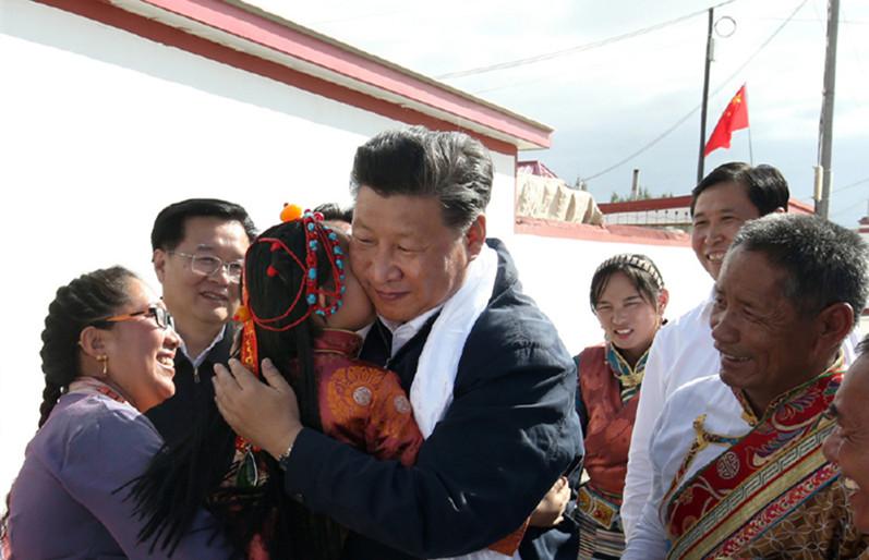 藏族小朋友向习近平总书记献哈达