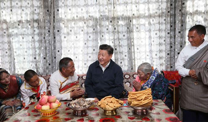 习近平与长江源村藏族村民申格一家交谈