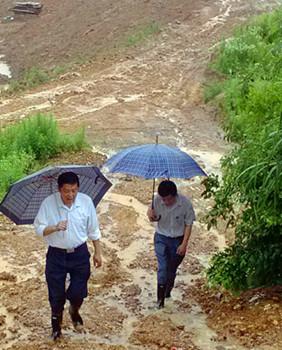 左一:2016年全国脱贫攻坚奖贡献奖——王晓阳