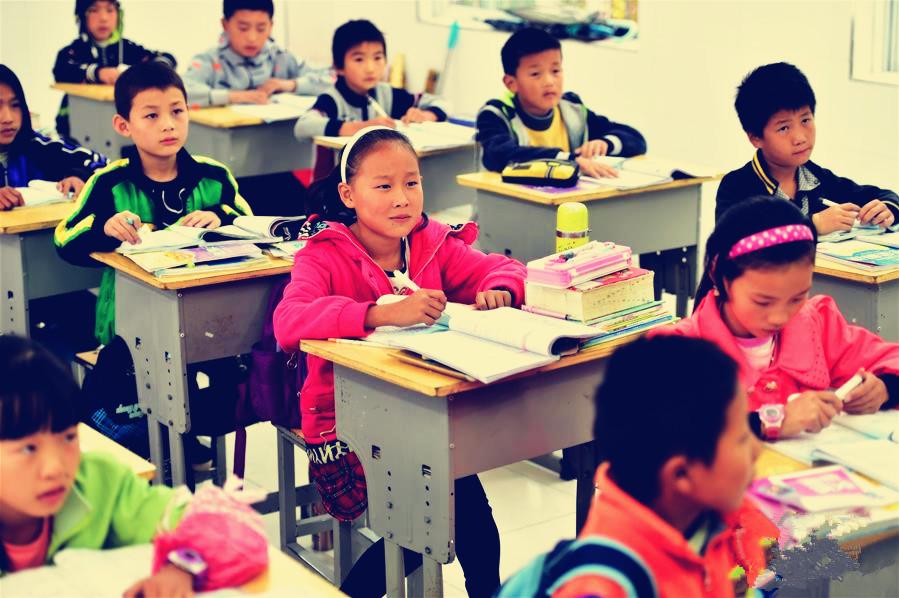 """""""00后""""张灿在教室里上课"""