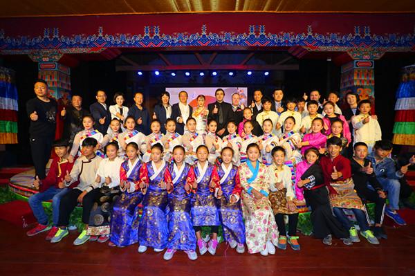 奥沙利文等斯诺克选手和专项基金发起方的有关领导与北京盛基艺术学校的藏族孩子们合影留念