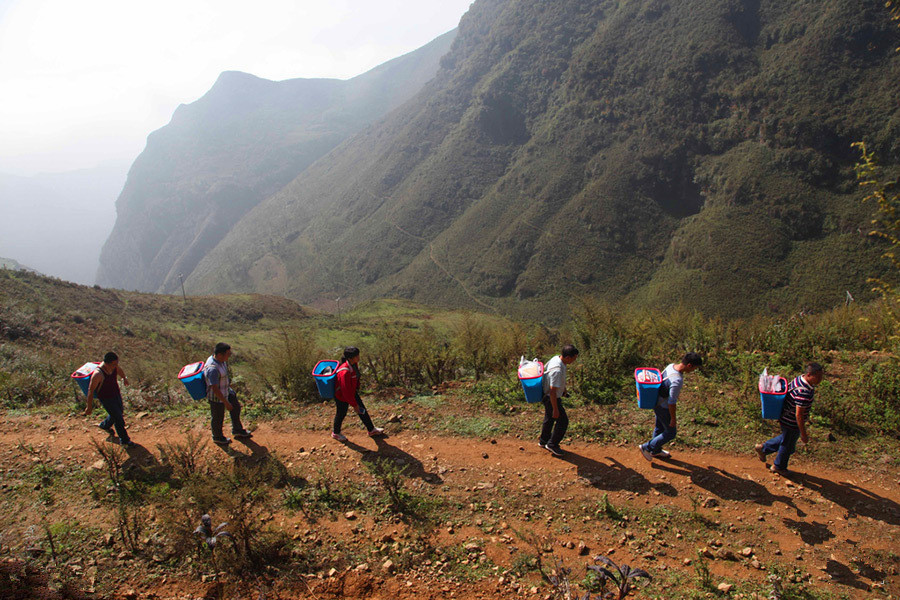 工作队走了4 个多小时山路到苗寨