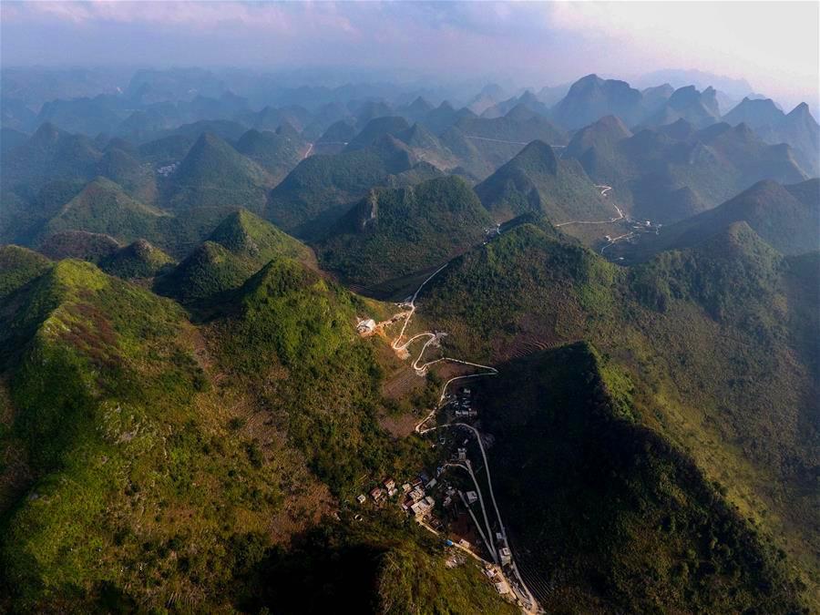 广西大化瑶族自治县七百弄乡弄雄村的一条屯级公路