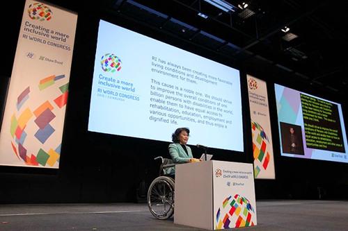 张海迪在英国爱丁堡康复国际世界大会上就任康复国际主席
