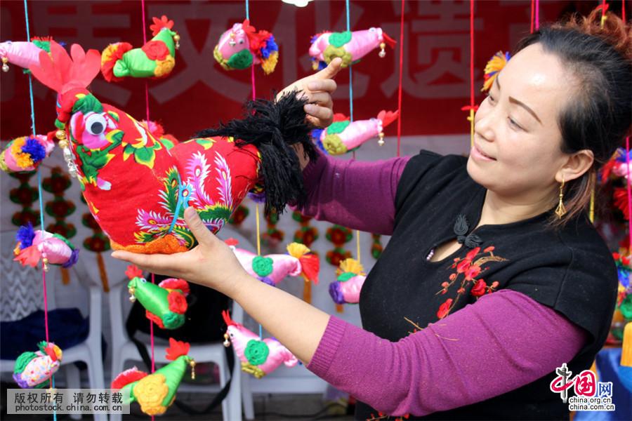 2016年11月1日,江苏省苏州市观前街上民间艺人王彩虹手工制作的鸡造型布艺香包造型多样,清香四溢,颇具艺术和观赏性,受到人们的喜爱。2017年为农历鸡年,可爱的鸡年饰品已经开始摆上商家柜台,吸引了不少顾客的目光。