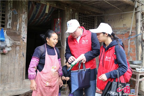 青年志願者到農戶家中宣傳國家扶貧政策及安全用電知識。.JPG