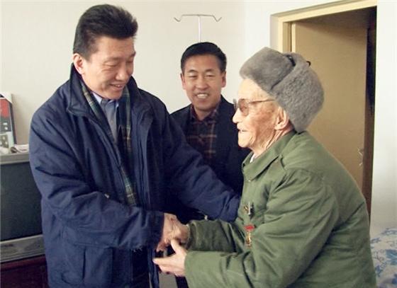 中国外文局人民画报社社长于涛深入左权县慰问