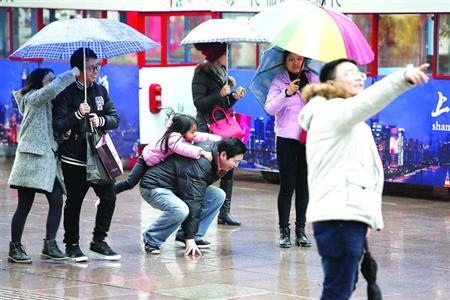 随着北方强冷空气南下,今起申城雨止并迎来大幅降温。/晨报记者 殷立勤