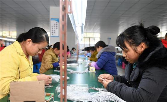 广西都安:扶贫移民家门口就业