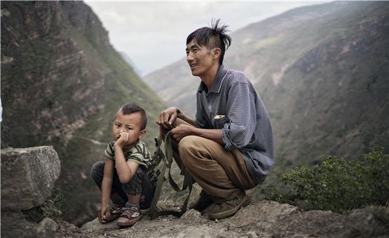 【镜头中的脱贫故事】悬崖上的村庄