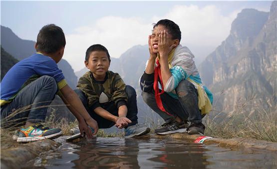 """【镜头中的脱贫故事】藤梯换钢梯 """"悬崖村""""孩子的上学路变了"""