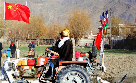 【镜头中的脱贫故事】西藏郭沙:新农村里的幸福生活