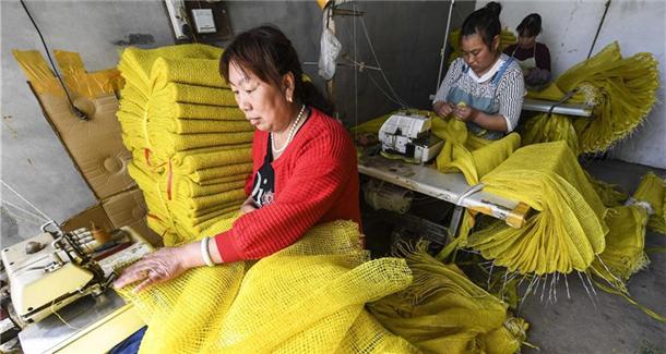 """河北饶阳:小网袋""""织""""出留守农妇致富路"""