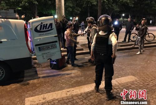 图为警方在香榭丽舍大道周边地带盘查。龙剑武 摄