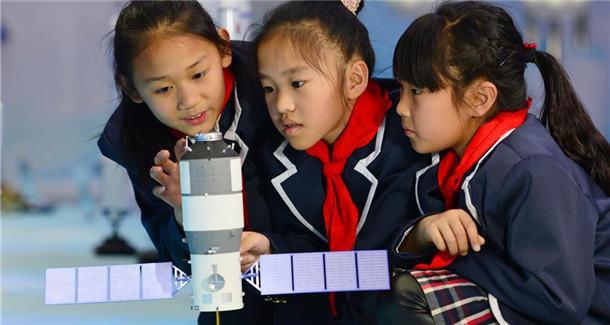 各地举行中国航天日科普活动