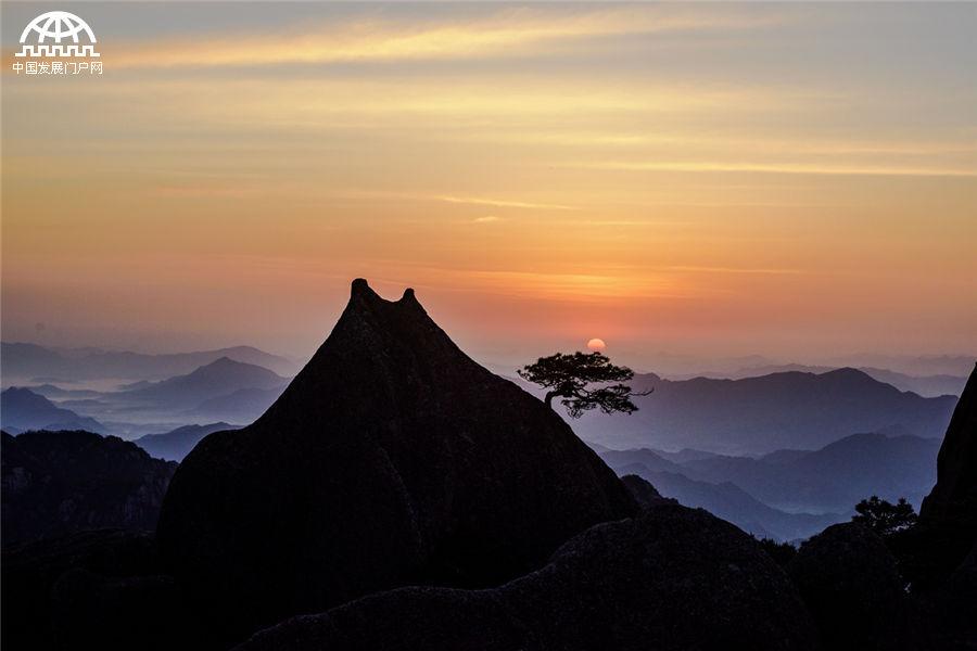这是5月14日在安徽黄山风景区拍摄日出日落照片.