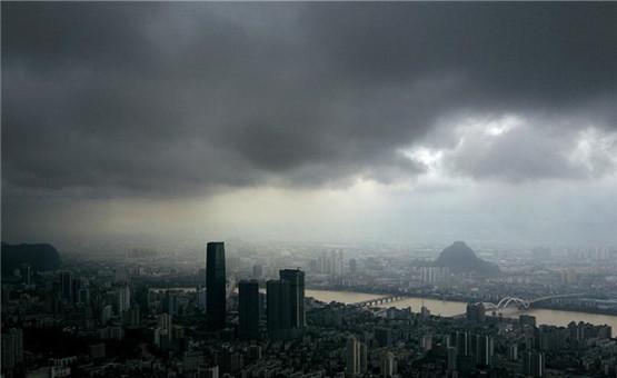 广西柳州:乌云压境 强对流天气即将来临