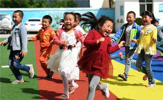 甘肅:農村免費幼兒園為貧困孩子帶來快樂童年