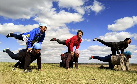 【镜头中的脱贫故事】健身瑜伽进农家