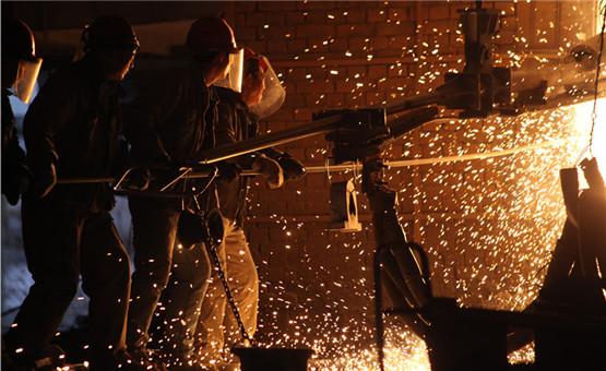 【镜头中的脱贫故事】农民变成了炉前工