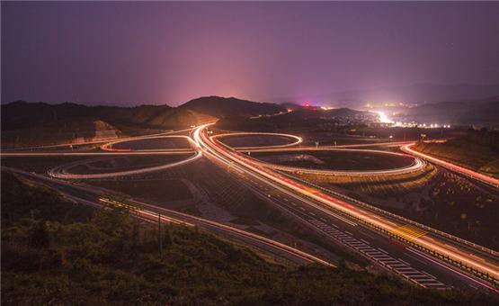 【镜头中的脱贫故事】家门口的高速夜景
