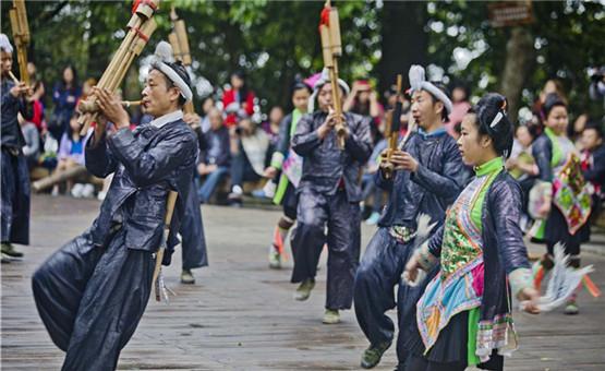 【镜头中的脱贫故事】岜沙歌舞表演苗寨摆脱贫困的金钥匙