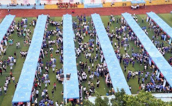 广西为贫困家庭学生举办专场就业帮扶现场招聘会
