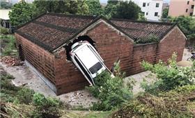公路边祠堂接连被飞车撞大洞 村民:风水有问题