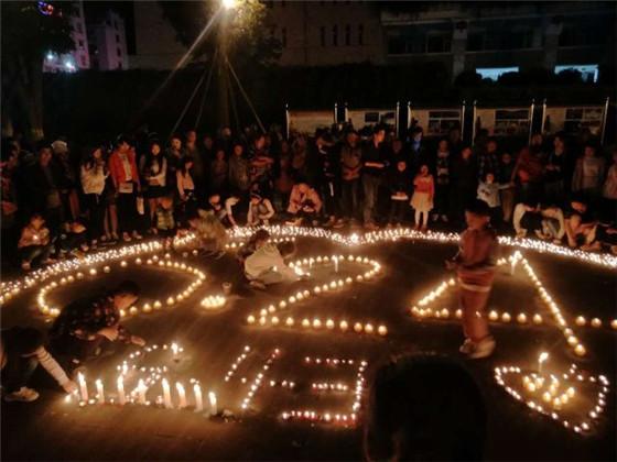 茂县人民自发为山体垮塌遇难者祈福