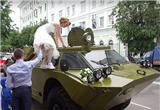俄新婚夫妇开装甲车去民政局 领证同时吃罚单