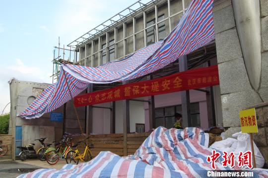 长江1号洪峰通过汉口江段沿线闸口关闭