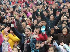 Villagers celebrate for moving to permanent dwellings in front of their new residences at Anren Village of Mianzhu City, southwest China's Sichuan Province, January 18, 2009. A total of 332 Anren villagers whose houses collapsed or dilapidated during the May 12 massive earthquake last year feasted on Sunday to celebrate the resettlement. [Xinhua]